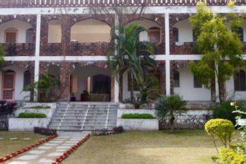 Blick auf Treppenaufgang zu einem Gebäudetrakt des Swami Rama Sadhaka Grama Ashram