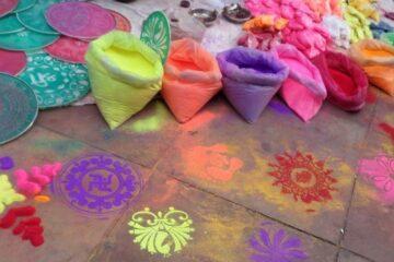 Säcke mit Farben und Straßenmalerei aus Kreide in Nordindien