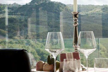 Gedeckter Tisch im Restaurant mit Aussicht auf Berge
