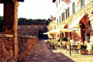 Blick auf alte Häuserfassaden vom Bagno Vignoni