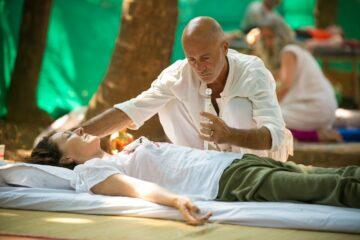 Michael legt Hände auf bei Reiki-Healing Session
