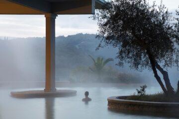 Frau entspannt im Pool