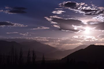 Berggipfel in lila Sonnenuntergang in Ladakh