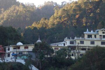 Komplex des Haidakhan-Ashrams in den Hügeln Nordindiens