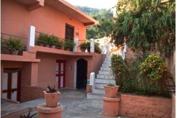orangenes Gebäude und Treppe im Haidakhan-Ashram