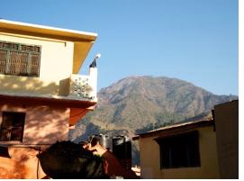Blick auf Berg über Gebäude des Haidakhan-Ashrams hinweg