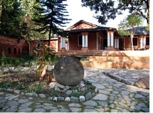 Großer runder Stein auf Pfad im Haidakhan-Ashram