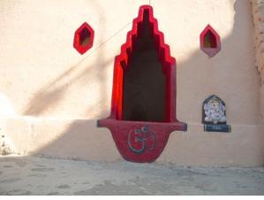 Rotes indisches Fenster im Haidakhan-Ashram