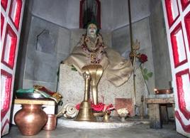 Statue in Ecke der Mauern des Haidakhan-Ashrams