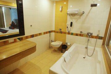 Badewanne und WC in Deluxe-Zimmer in Rishikesh