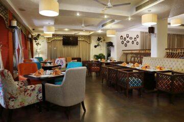bunte Sessel im Essensraum in Hotel in Rishikesh