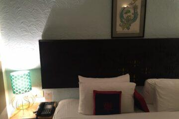 Bettansicht im Deluxe-Zimmer in Rishikesh