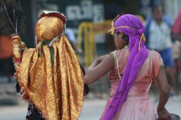 Zwei Mädchen mit lila und goldenem Schleier von hinten