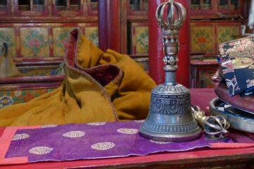 Gebetsglocke in buntem Interieur eines Klosters im Himalaya