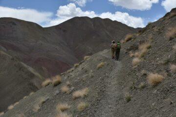 Zwei Wanderer gehen steil bergauf