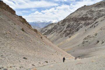 Wandergruppe auf Bergpass inmitten hellem Steinmassiv