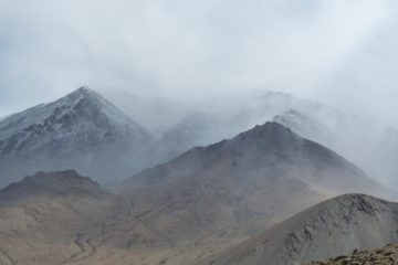 Berggipfel im Nebel in Ladakh