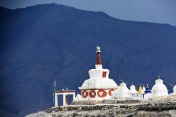 Blick über Klosterdach auf Berg in Ladakh