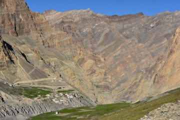 kleines Dorf inmitten Bergkulisse in Ladakh