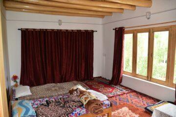 Bett mit bunten Decken in Gästehaus in Ladakh
