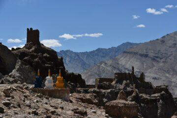 Blick auf Kloster auf Bergspitze