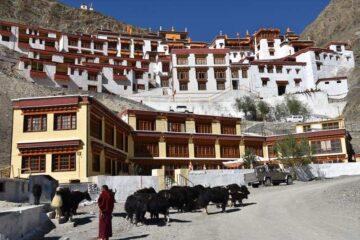 Blick auf Bergkloster im Himalaya