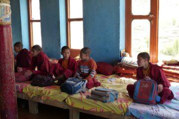 Junge Klosterschüler in Tracht