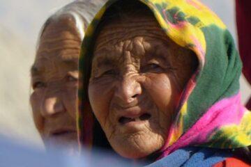 Einheimische Frau mit Kopftuch in Ladakh
