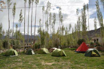 Zelte auf Wiese in Ladakh