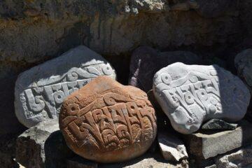 brauner und graue Steine mit Symboliken
