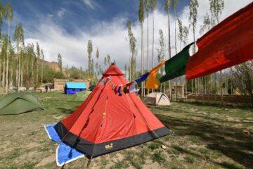 orangenes Zelt mit Nepalesischen Fahnen