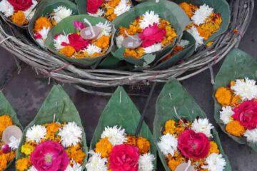 Blumenschiffchen für Aarti auf dem Ganges
