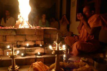 Mönch macht Ritual vor einer große Flamme