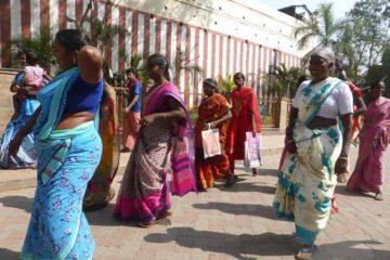 indische Frauen in bunten Saris auf dem Weg durch eine Stadt Nordindiens