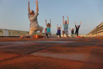 Johannes Vogt macht Yoga mit Kunden in Abenddämmerung