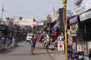 Straße mit Geschäften und Passanten in Nordindien