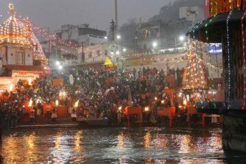 Menschen zelebrieren das Abendaarti vor dem Parmath Niketan Ashram in Rishikesh