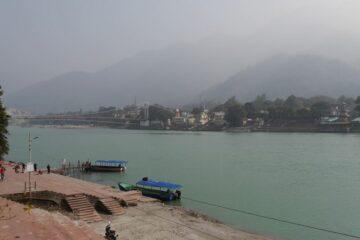 Ganges mit Booten und Hügel im Hintergrund