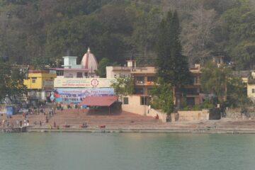 bunte Gebäude am Ufer des Ganges