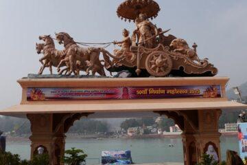 Hindu-Monument mit Krishna und Arjuna auf Wagen den Pferde ziehen und geschützt von einem Schirm