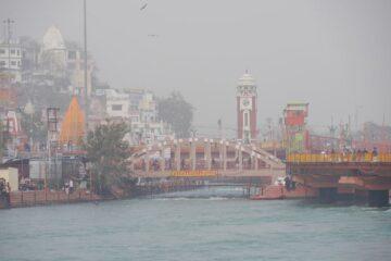 Blick auf Kulisse von Rishikesh über den Ganges im Nebel