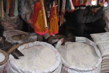 zwei Säcke mit weißem Reis an einem Marktstand