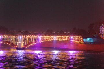 Brücke leuchtet in orange und pink über Ganges in Rishikesh