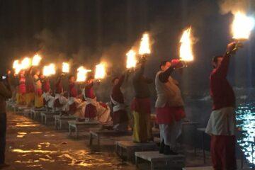 Männer mit Fackeln bei der Abendkarte in Rishikesh
