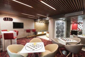 Sitzgelegenheit mit schwarz-weißen und roten Designelementen in Hotel in Delhi