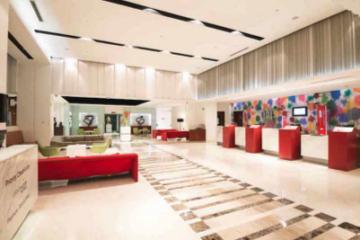 weiße Lobby mit roten