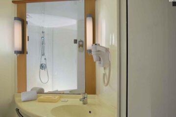 Waschbecken und Spiegel in Standardzimmer in Delhi