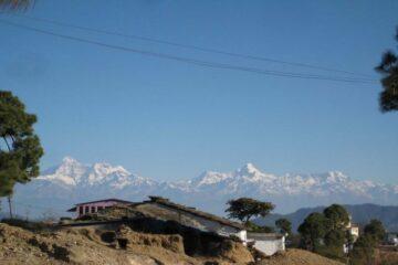Blick auf beschneite Berge in Binsar