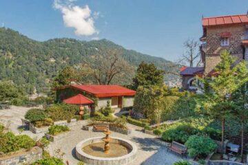 Brunnen im grünen Hof eines Hotels im Nainital