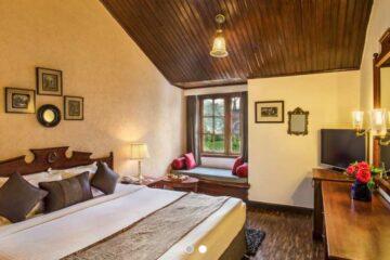 Zimmer mit Holzdecke und Fußboden im Nainital